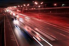 晚上机动车路 库存照片