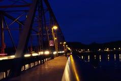 晚上桥梁横穿 库存照片