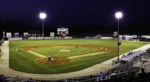 晚上棒球-小职业球队联盟体育场 免版税库存图片