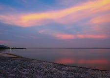 晚上水库和橙色天空国家的秀丽适用于放松 免版税库存图片
