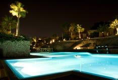 晚上池场面游泳 库存图片