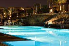 晚上池场面游泳 库存照片