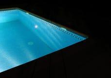 晚上池游泳 免版税图库摄影