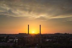晚上沃罗涅日都市风景 在工业区的夏天日落 免版税图库摄影