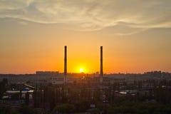 晚上沃罗涅日都市风景 在工业区的夏天日落 图库摄影