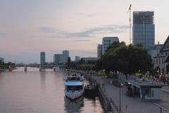 晚上河、堤防和城市 法兰克福德国主要 库存照片