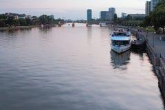 晚上河和城市 法兰克福德国主要 库存照片