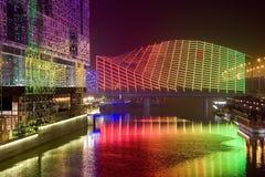 晚上河和桥梁 免版税库存照片