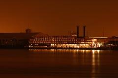 晚上河船 库存照片