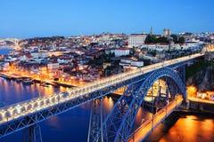 晚上波尔图耶路撒冷旧城,杜罗河河和Dom雷斯桥梁 库存照片