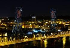 晚上波特兰 在河钢willamette的桥梁 免版税库存图片