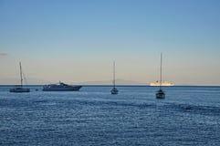 晚上海、船和游艇 库存照片