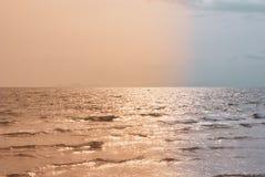 晚上海大气由是奥兰的两种颜色的口气划分了 库存照片