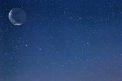 晚上满天星斗的天空 免版税库存照片