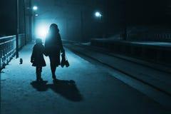 晚上火车站 免版税图库摄影