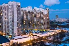 晚上现代舒适的住房的冬天视图在一个有名望的区域富裕的公民的 莫斯科 俄国 库存照片