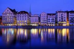 晚上瑞士江边苏黎世 免版税库存图片