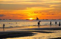 晚上的美丽的海滩 免版税库存照片