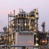 晚上石油化工厂 库存图片