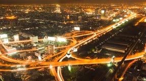 晚上繁忙的路交叉点在曼谷 免版税库存图片