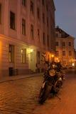 晚上老里加城镇 图库摄影