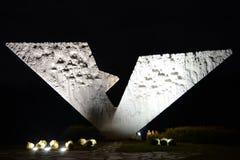 晚上被射击残破的翼纪念碑 库存照片