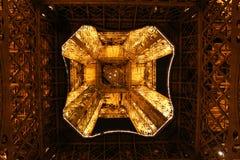 晚上被点燃的埃佛尔铁塔底视图  免版税图库摄影