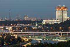 晚上观点的科学院和Shukhov耸立 免版税库存图片