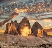 晚上观点的Drei Zinnen或Tre Cime di Lavaredo 免版税库存图片