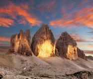 晚上观点的Drei Zinnen或Tre Cime di Lavaredo 免版税库存照片