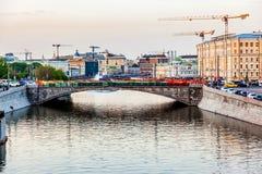 晚上视图向从桥梁的莫斯科 免版税库存照片