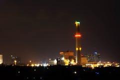 晚上都市工厂的次幂 库存照片