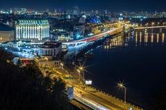 晚上都市风景 一个大城市的夜风景 河的城市 邮政区域, Kyiv,乌克兰 免版税库存照片
