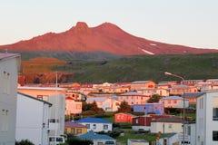 晚上镇在冰岛。 免版税库存图片
