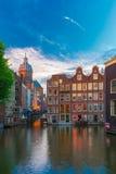 晚上阿姆斯特丹运河、教会和桥梁 库存照片