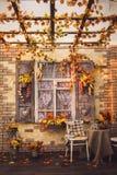 晚上露台 与葡萄酒快门的窗口 免版税库存照片