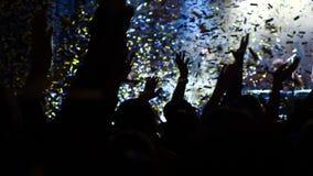 晚上音乐会 人群 轻的白色 五彩纸屑 股票视频
