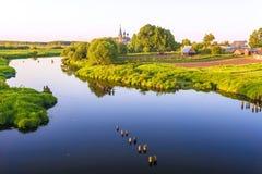 晚上风景俄国村庄教会 免版税库存图片