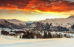 晚上风景和滑雪胜地在法国阿尔卑斯, La Toussuire,法国 免版税库存照片