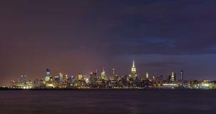 晚上风暴和闪电在曼哈顿中间地区摩天大楼的纽约 股票录像