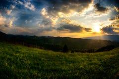 晚上,在西蒙村庄山小山的日落  免版税库存照片