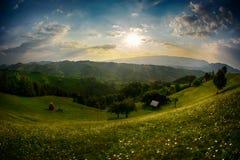 晚上,在西蒙村庄山小山的日落  库存照片