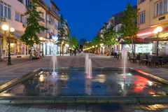 晚上 在一个正方形的喷泉在波摩莱在保加利亚 库存照片