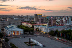 晚上从屋顶的夏天都市风景 列宁广场,沃罗涅日 免版税库存图片