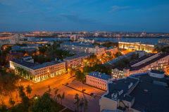 晚上从屋顶的夏天都市风景 库存照片