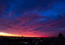 晚上Cloudscape在城市 库存图片