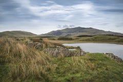 晚上Llyn y Dywarchen湖的风景图象在秋天在锡 库存照片