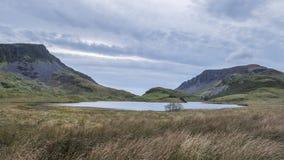 晚上Llyn y Dywarchen湖的风景图象在秋天在锡 免版税库存照片