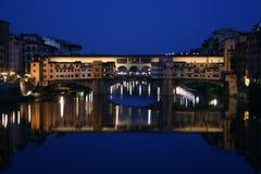晚上ponte vecchio视图 库存图片