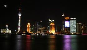 晚上pudong上海视图 免版税库存照片